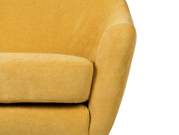 Mecedora tapizada en mostaza y patas acero/madera  merkamueble