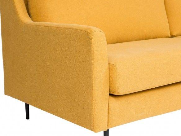 Sofá 3 plazas tapizado mostaza y patas metálicas  merkamueble