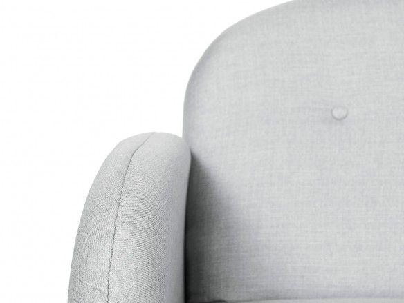 Sofá 3 plazas tapizado gris claro y patas madera  merkamueble