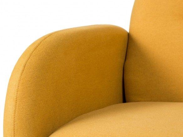 Sillón tapizado mostaza y patas madera  merkamueble