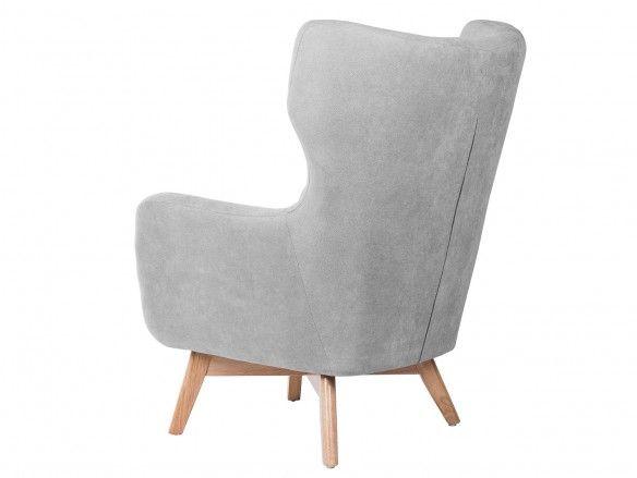 Butaca tapizada gris claro y patas madera  merkamueble